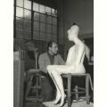 Emilio Greco accanto al busto della Grande Figura seduta