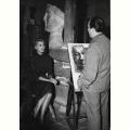 Emilio Greco mentre delinea Sofia Loren nello studio di Villa Massimo
