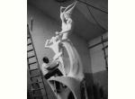 Emilio Greco tra il 1953 e il 1956 mentre lavora al gesso del Monumento a Pinocchio