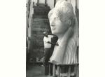 7. Emilio Greco nel 1968 con la Grande Testa Muliebre  che raffigura l'amica Maria Baldassarre