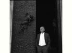 11 agosto 1970 - Emilio Greco ritratto da Enrico Valentini davanti alle porte del Duomo appena incardinate
