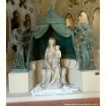 Madonna con il bambino e sei angeli reggicortina